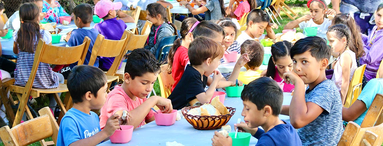 Barn i Chiselet som får varm suppe til lunsj.
