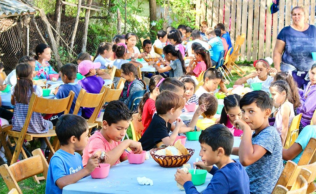 Barna på dagsenteret får lunsj.