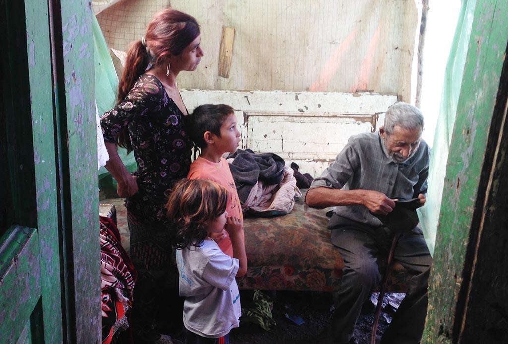 Mor, Tisi og Rebecca sammen med bestefar.
