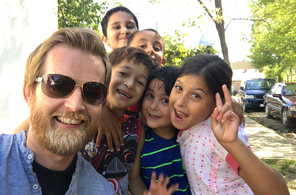Selfie av meg og noen av barna fra dagsenteret.